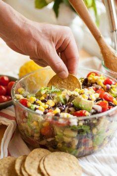 ensalada campera de aguacate, frijoles y tomates