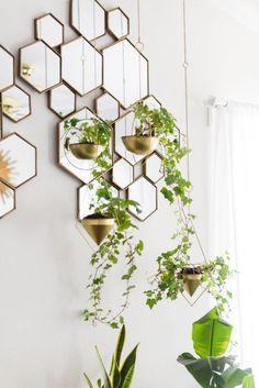 Decoración con plantas y espejos hexagonales Modern Apartment Decor, Modern Bedroom Decor, Modern Wall Decor, Modern Room, Mid-century Modern, Modern Glass, Modern Living, Style At Home, Palm Springs