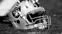 """Leyendas y jugadores de los Oakland Raiders intercambiaron sus jerseys con jugadores del Club América en el inmueble que fungirá como """"su casa"""", el Estadio Azteca, durante el medio tiempo del partido de las Águilas y los Rayados del Monterrey."""