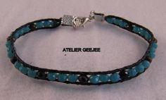 wraparmband met zwart leer en zwarte en blauwe geslepen kraaltjes