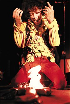 Ed Caraeff, seventeen, photographs Jimi Hendrix lighting his guitar on fire at the Monterey Pop Festival. This is one of the most iconic images in rock and roll. Janis Joplin, Monterey Pop Festival, Rock And Roll, Affiche Jimi Hendrix, Jimi Hendrix Woodstock, Metallica, Jimi Hendricks, Rock Poster, Hard Rock