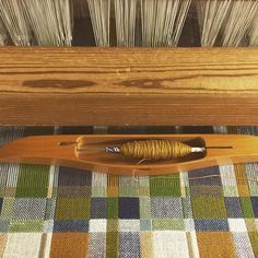 モザイクタイルみたいな布をかけました。緯糸で遊び甲斐があって、かなり楽しいです #手織り #weaving #vävning #テキスタイル #ファブリック #モザイクタイル