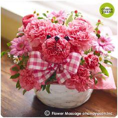 キュート!カーネーションで出来たクマのフラワーアレンジメント。Cute! An animal doll made with carnations.