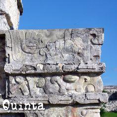 En la zona arqueológica de Tulum (que significa en maya muralla), encontrarás el Templo de los Frescos (detalle) con mascarones en las esquinas que representan al dios Itzamná.  En la antigüedad era conocida con el nombre de Zamá (que significa en maya amanecer). Riviera Maya, México.
