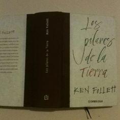 A lo largo de un libro de mas de mil páginas, Ken Follet, nos sitúa en la Edad Media, cuando se construían las grandes catedrales góticas. Muy interesante serie de historias en LOS PILARES DE LA TIERRA.