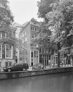 View of the canal house at the Oudezijds Voorburgwal 187 in Amsterdam. Photo Fotocollectie Rijksdienst voor het Cultureel Erfgoed / A. J. van der Wal. #amsterdam #historic #sites