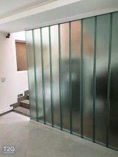 #CGlass #Profilit #Vidroautoportante #Uglass #Vidro #Fachada #Arquitetura #arquiteturamoderna #casa #decoracao U Glass, Fused Glass, Glass Doors, Glass Partition, Divider, Furniture, Glasses, Bathroom, Home Decor