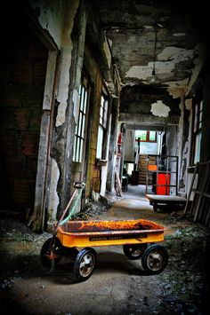Forget Forgot Forgotten - wagon of past and abandoned home. Old Abandoned Buildings, Abandoned Property, Abandoned Mansions, Old Buildings, Abandoned Places, Abandoned Vehicles, Spooky Places, Haunted Places, Beautiful Ruins