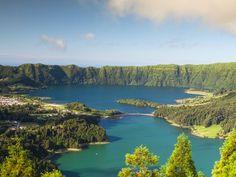 Azory - 9 wysp na środku Atlantyku | Via Onet Podróże   Aż trudno uwierzyć, że ten archipelag 9 wulkanicznych wysp jest formalnie częścią Portugalii. Wystarczy spojrzeć na mapę aby się przekonać, że prawie tak samo blisko stąd do Lizbony (~1500 km), jak i do wschodniego wybrzeża Kanady. #Portugal