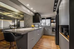 If we think of an avant-garde design for a #kitchen, we are sure that the image that comes to our mind is similar to this one. We love the choice of a #TopsOnTop color as Silestone Kensho for the countertops.