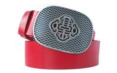 Roter Gürtel mit passender Metallschnalle im Asia-Look. Wenn Sie diesen robusten Gürtel kaufen, dann bekommen Sie ein geschmackvolles Design. Es verbindet ein asiatisches Motiv mit kräftig rot gefärbtem Leder. Es handelt sich dabei um Vollrindleder aus Italien, sorgfältig und mit viel Erfahrung verarbeitet. Die Stärke des Materials sorgt für eine hohe Lebensdauer. Dank nickelfreiem Metall können Sie diesen Gürtel bedenkenlos zu allen Outfits tragen.
