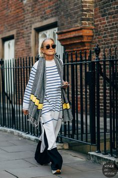 London SS 2019 Street Style: Lucinda Chambers Archives Select Month September 2019 August 2019 July 2019 June 2019 May 2019 April 2019 March 2019 February 2019 January 2019 Dece Mature Fashion, Older Women Fashion, Over 50 Womens Fashion, Spring Street Style, Street Chic, Street Style Women, London Fashion Weeks, Fashion Photo, Boho Fashion