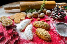 Παραδοσιακή συνταγή για μελομακάρονα. Πεντανόστιμα, άψογα μελωμένα αλλά και τραγανά από έξω. Γλυκές μπουκιές με άρωμα Χριστουγέννων. Greek Recipes, Dairy, Cheese, Greek Food Recipes