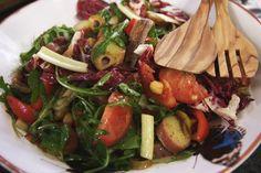 Jeroen is verzot op salades met grote stukken groenten en flink wat beet. Dit is ook zo'n maaltijdsalade, boordevol gezonde en voedzame groenten en aardappelen. Zet de kikkererwten vooraf een nacht te weken, zodat ze helemaal gebruiksklaar zijn wanneer je aan de slag gaat. De vegetariërs onder ons kunnen de ansjovis gewoon weglaten.