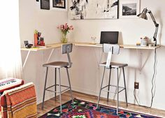 21 Ultimate List of DIY Computer Desk Ideas with Plans - Are you struggling in finding ideas to build your own computer desk? Well, you're in luck! We have compiled a list of DIY computer desk ideas for you! Custom Computer Desk, Wall Mounted Computer Desk, Wall Desk, Computer Desks, Desk Chair, Mesa Home Office, Home Office Desks, Office Table, Sunroom Office