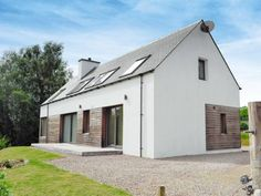 Forester'S Croft Roy Bridge Featuring a garden, Forester'S Croft is a holiday home set in Roybridge. The property is 17 km from Fort William and features views of the garden. A dishwasher and an oven can be found in the kitchen and there is a private bathroom. A TV is...