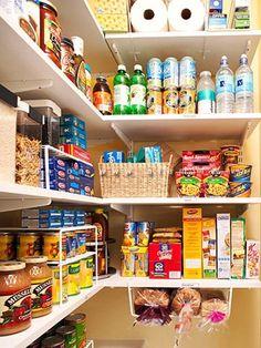 Ideal la solución de añadir un pequeño espacio de almacenamiento bajo la estantería de la despensa.