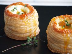 Pasty pastries with Brie Honey and Thyme Flying Foodie. Appetizer Recipes, Snack Recipes, Cooking Recipes, Brie, Yummy Drinks, Yummy Food, Christmas Lunch, Xmas Food, Snacks