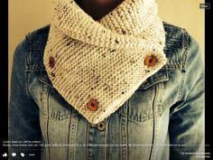 2 bollen wol van 100 gram (wibra tweed). 60 steken opzetten en alleen recht breien tot een lengte van ongeveer 90 cm. Breinaald 4 en 3 houten knopen. De sjaal in de lengte dubbelvouwen en de 3 knopen erop zetten, geen knoopsgaten.. Je draagt hem als een kol. Gevonden op Facebook-pagina Grootmoeders tips en recepten (Lenny Dekker) Loom Knitting, Free Knitting, Knitting Patterns, Crochet Patterns, Cowl Scarf, Knitted Gloves, Diy Crochet, Types Of Fashion Styles, Knitting Projects