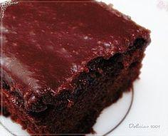 Fiquei em dúvida em qual foto escolher… Mas, pensando bem, pra quê? O que vale mesmo é o sabor surpreendente deste bolo de liquidificador… Molhadinho e bem escuro. É assim: Bater no liq…