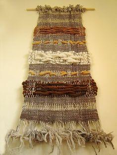 Murales en Telar   Lorena Lira Diseño Weaving Art, Loom Weaving, Woven Wall Hanging, Hanging Art, Colchas Quilt, Quilts, Fabric Art, Woven Fabric, Purple Dream Catcher