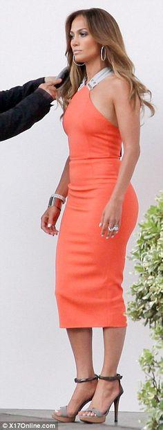 No mucha gente puede usar mandarina y todavía se ven exquisita.    Pero gracias a sus curvas famosas, Jennifer Lopez se ve simplemente guapísima de color naranja.    El anfitrión de American Idol mostró su esbelta silueta en la ceñida la creación de Victoria Beckham, la inyección de un ambiente muy diferente al diseño después de la súper esbelta Crouch abadía fue visto en ella en marzo.