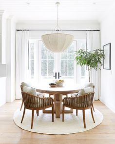 20 Modern Farmhouse Dining Rooms That Will Transport You To The Countryside From weathered wood tables to spindle-back chairs, nothing says home sweet home better than a farmhouse dining room. Here's how to get the look. Dining Nook, Dining Room Design, Kitchen Dining, Cozy Kitchen, Modern Dining Room Furniture, Modern Dinning Room Ideas, Wicker Dining Room Chairs, Carpet Dining Room, Conservatory Dining Room