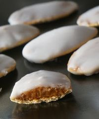 Cordoba snacks- Colaciones cordobesas The They are an Argentine sweet, it is a cookie base with and dipped in a sugar glaze. Argentina Food, Argentina Recipes, Cookie Recipes, Dessert Recipes, Spanish Desserts, Chilean Recipes, Crazy Cakes, Cookies, Sweet Recipes
