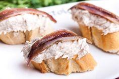 Bonito con anchoa: Bonito desmigado, filete de anchoa, cebolla y mahonesa.