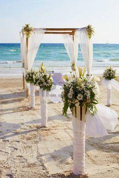 Decoraciones para la ceremonia de la boda en la playa de la isla de Boracay photo