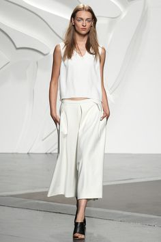 Tibi Spring 2014 Ready-to-Wear - culottes Catwalk Fashion, Fashion Show, Work Fashion, Women's Fashion, How To Style Culottes, Relaxed Outfit, Fashion Capsule, Minimalist Fashion, Spring Fashion