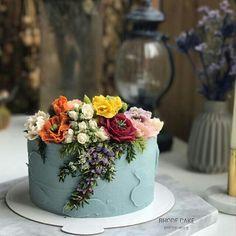 Cake decorating idea: pale slate blue buttercream with ornate buttercream flowers. Cute Cakes, Pretty Cakes, Beautiful Cakes, Amazing Cakes, Bolo Floral, Floral Cake, Mini Cakes, Cupcake Cakes, Cake Inspiration