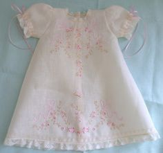 Isabela - Bebé Primor - Allow your brand new baby girl let the charm of this wonderful set that will look like a real princess. Sewing Clothes, Doll Clothes, Baby Embroidery, Baby Couture, Baby Gown, Christening Gowns, Heirloom Sewing, Little Girl Dresses, Baby Sewing