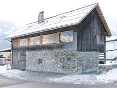 Inmitten des Montafons, einem 39 Kilometer langen Tal im Vorarlberg, liegt der kleine Ort Tschagguns. Wie vielerorts war auch hier… In the middle of the Montafon, a valley in Vorarlberg, lies the small town Tschagguns. Modern Farmhouse Exterior, Farmhouse Design, Farmhouse Style, Exterior Design, Interior And Exterior, Small Country Homes, Long Valley, Chalet Design, Arquitetura