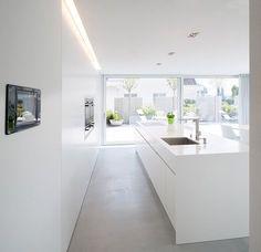 El estudio suizo Egli & Partner eligió la piedra acrílica Hi-Macs para el diseño minimalista de la cocina y uno de los baños de esta casa unifamiliar