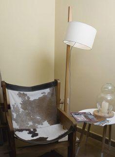 Lámpara de pie RIU con pie de #madera y tilipa de tela orientable.