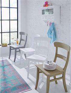 Der Landhausstuhl aus Buchenholz wird in vier verschieden Oberflächen angeboten. Wählen Sie aus: weiß, grau, schlammfarben oder im Antikfinsih gestrichen!