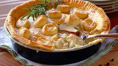 CREAMY CHICKEN, LEEK AND BACON PIE - Planning your evening meal is made easier when you have tasty dinner ideas. This leek, bacon and chicken pie is ideal for quiet evenings. Creamy Chicken Pie, Chicken And Mushroom Pie, Easy Chicken Pot Pie, Caramel Chicken, Bacon Pie, Vegetable Pie, Yum Yum Chicken, Snack Recipes, Dinner Recipes