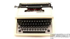 Classy Italian. OLIVETTI DORA 1972, Olivetti typewriter, vintage typewriter, portable typewriter, manual typewriter, working typewriter.