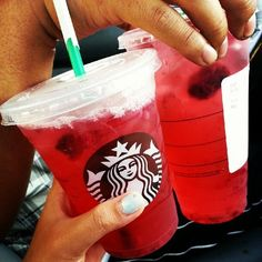 Project Very Berry Hibiscus Tea from Starbucks. Benefits of hibiscus tea and how it helps you lose weight! Project Very Berry Hibisc Refreshing Drinks, Yummy Drinks, Healthy Drinks, Healthy Foods, Starbucks Recipes, Starbucks Drinks, Yummy Treats, Yummy Food, Sweet Treats