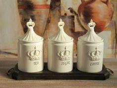trzy pojemniki porcelanowe na eleganckiej tacy