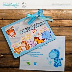 Invitación para Baby Shower con diseño inspirado en el safari. Realizada en impresión digital sobre cartulina tornasolada, detalles en listón de organza y satinado.