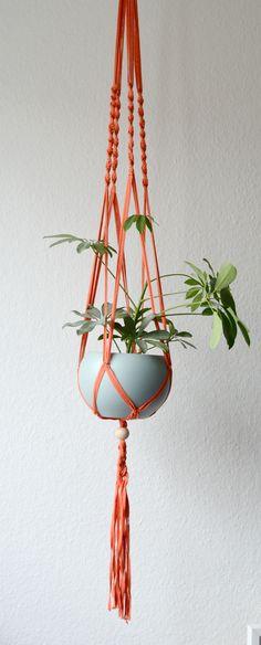 Derzeit total im Trend - die orientalische Knüpftechnik Makramee. Tolle DIY-Anleitung für eine Makramee-Blumenampel inklusive.