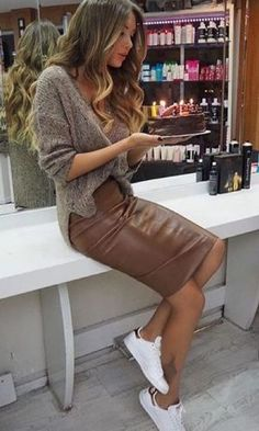 Brown veggie leather pencil skirt paired with oversized knit sweater and white sneakers for comfy yet stylish look. Mode Outfits, Fall Outfits, Casual Outfits, Casual Pencil Skirt Outfits, Outfit Winter, Dress Casual, Sneakers Outfit Casual, Black Outfits, Party Outfits