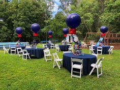 Balloon Table Centerpieces, Bar Mitzvah Centerpieces, Birthday Table Decorations, Balloon Decorations, Balloon Ideas, Red Balloon, Graduation Party Planning, Graduation Party Decor, Graduation Ideas