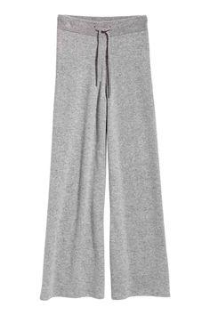 Fine-knit pants in soft cashmere. Denim Outfit, Pants Outfit, Denim Shorts, Jeans, Grey Fashion, Fashion Pants, Fashion Fall, Paris Fashion, Pijamas Women