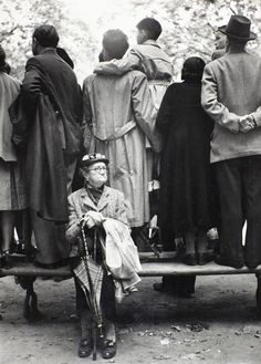 Max Scheler - 1958 World Exhibition Brussels, Belgium vintage whimsical surreal photo , wonder if they guessed who'd farted granny ? Old Pictures, Old Photos, Vintage Photos, Black White Photos, Black And White Photography, Vintage Photography, Street Photography, Charles Bukowski, Jolie Photo