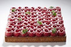 La tarte aux framboises de La Pâtisserie by Cyril Lignac  Cyril Lignac et Benoît Couvrand viennent de créer la Tarte aux framboises, à savourer tout l'été à la pâtisserie by Cyril Lignac (Paris, XIe). Elle se compose de framboises et de crème vanille en tarte sablée, d'une crème d'amandes et de quelques feuilles de shizo. Elle est proposée en version individuelle à 4.5 euros et en gâteau à partager jusqu'à huit couverts pour 36 euros.