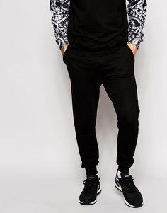 Jogginghosen von Eleven Paris Sweatshirt-Stoff Taillenbund mit Kordelzug Seitentaschen farblich abgesetzte Gesäßtasche Karottenschnitt Rippenbündchen enge Passform Maschinenwäsche 60% Baumwolle, 40% Polyester Unser Model trägt Größe M und ist 185,5 cm/6 Fuß, 1 Zoll groß