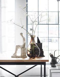 Wir glauben, dass eine Kombination aus industriellem Design, Textilien und fließenden Formen wie z. B. VÅRVIND Vase in Braun demnächst groß im Kommen sein wird.